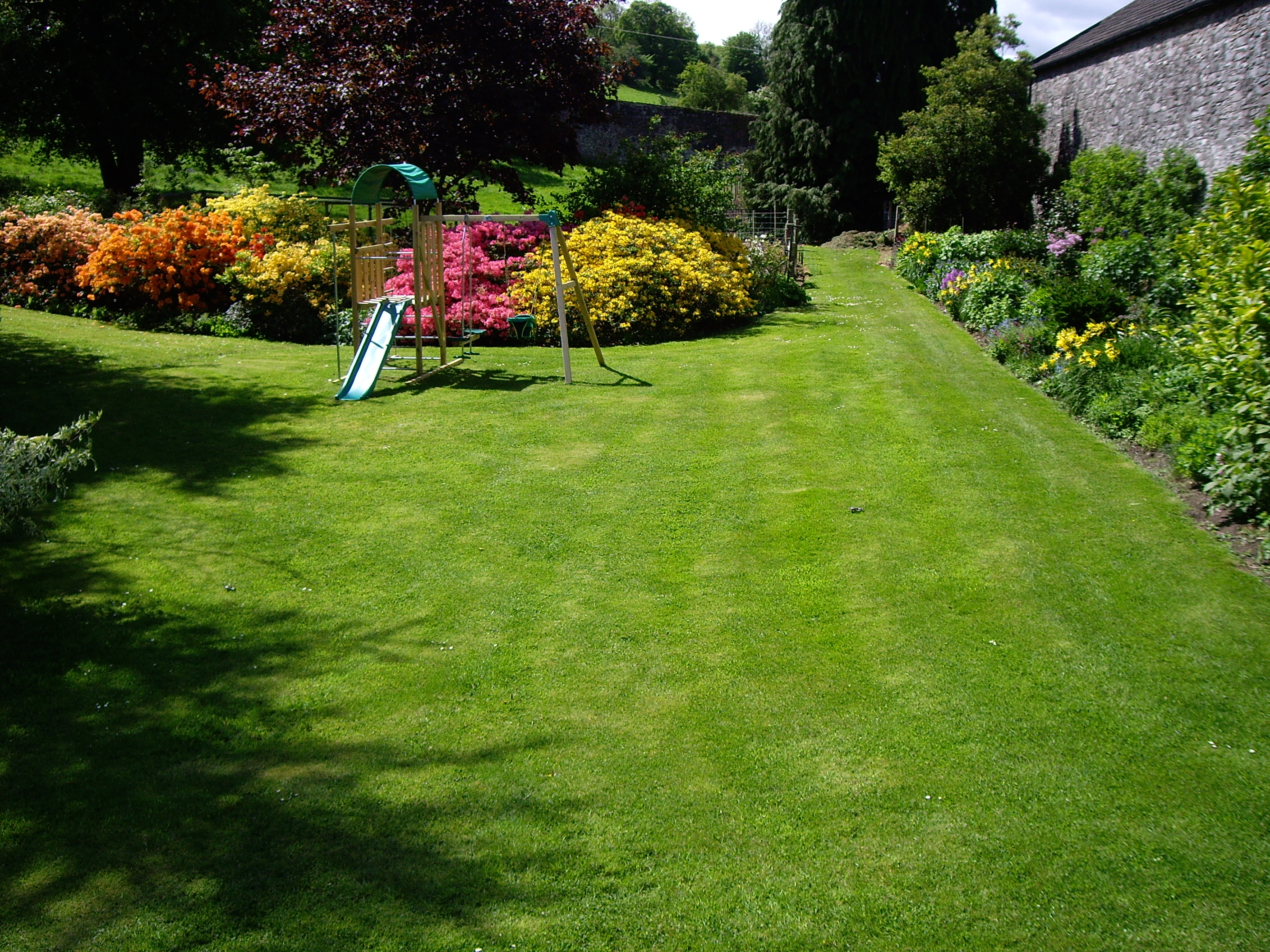 Annual lawn care schedule grass maintenance through the year for Garden design service